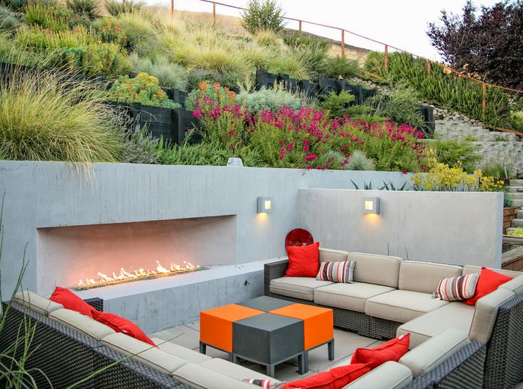 Sloped backyard (via houzz.com) ❤ www.stuccosurgeon.com (250) 862-4787