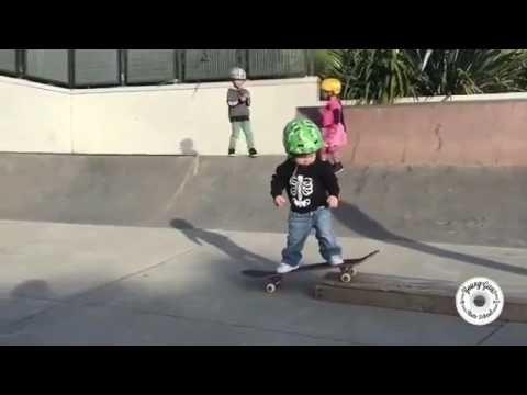 2-летний ребенок покоряет скейт