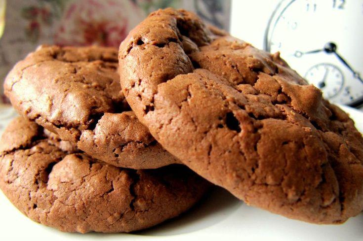Fındıklar kırılsın, çikolatalar erisin. Bol tereyağlı bir hamur hazırlansın. Kokusu herkesi etkisi altına alacak fındıklı brownie kurabiye tarifi yapılsın.