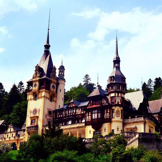 Imágenes del mundo: Castillo de Valea Peles (Sinaia - Rumania)... #cibervlachoimagenesdelmundo Visita mi Blog: http://cibervlacho.blogspot.com