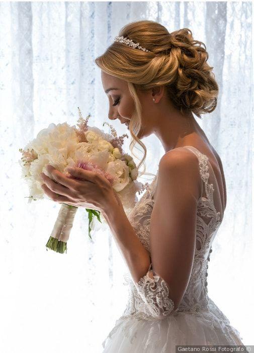 Raccolto con diadema per sposa principessa  matrimonio  nozze  sposa   acconciatura  acconciaturasposa 33028c4f13ba