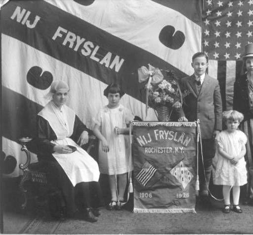 "Het gezelschap ""Nij Fryslân"" te Rochester, dat in 1926 het 20-jarig jubileum vierde. Het linker meisje is in Friese klederdracht."