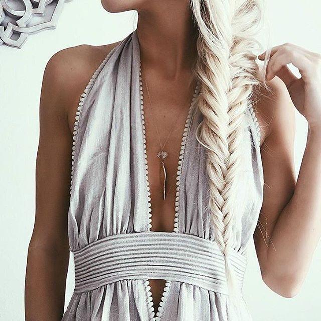 #Ideas de #estilo: #vestido en blanco roto con #escote pronunciado en V. #PersonalShopper