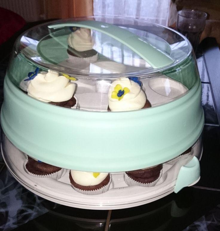 Ich habe am Wochenende süße Cupcakes gebacken und diese dann zur Oma transportiert. Mit der Etagere war das kein Problem.  Alles kam heil an und auch auf der Kaffeetafel sah die Etagere gut aus. - http://emsa.springup.io/?view=social&type=reply&id=19180