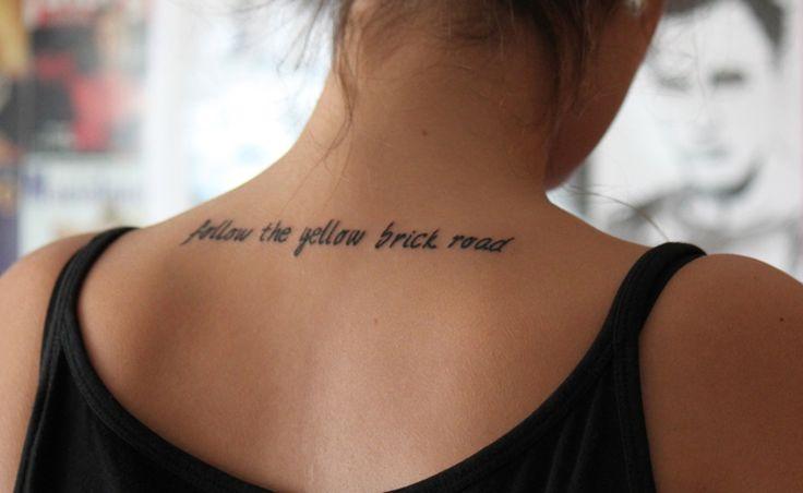 Inspire-se com dezenas de fotos de tatuagens e ideias de frases para tatuar, como frases religiosas, românticas e frases em outros idiomas.