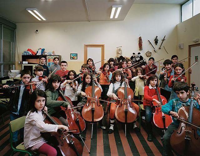 İspanya'nın başkenti Madrid'te yer alan bir okulun müzik sınıfı. Bu sınıfa müzik eğitimi Madrid Flarmoni çalışanları tarafından verilmektedi...