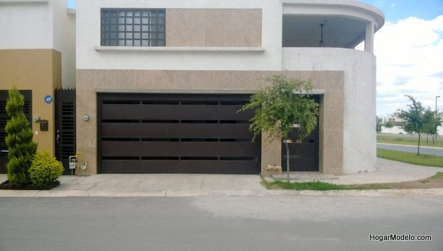 Puerta privada de garage con barras horizontales gruesas for Fachadas de casas modernas en italia