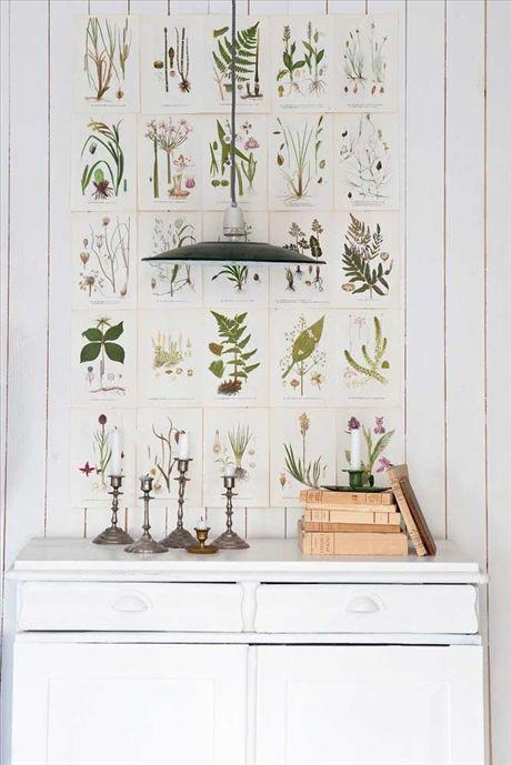 Bilderna på hallväggen är boksidor ur en flora. Lampan över skänken kommer från webbshopen My vintage garage, ljusstakar och böcker är köpta i antikaffärer och på loppis.