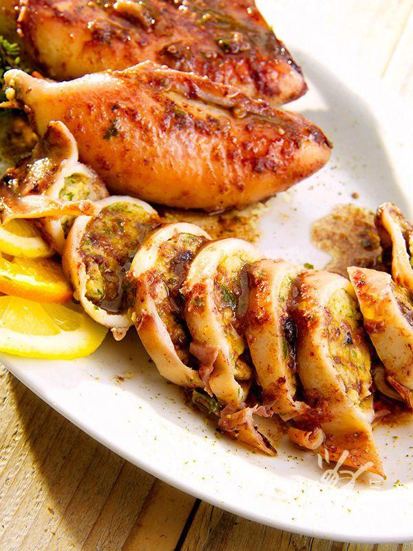 Stuffed squid - Alzi la mano chi non adora i Calamari ripieni! Ne vanno ghiotti proprio tutti, anche i piccini. Accompagnati con verdure di stagione fanno da piatto unico. #calamariripieni