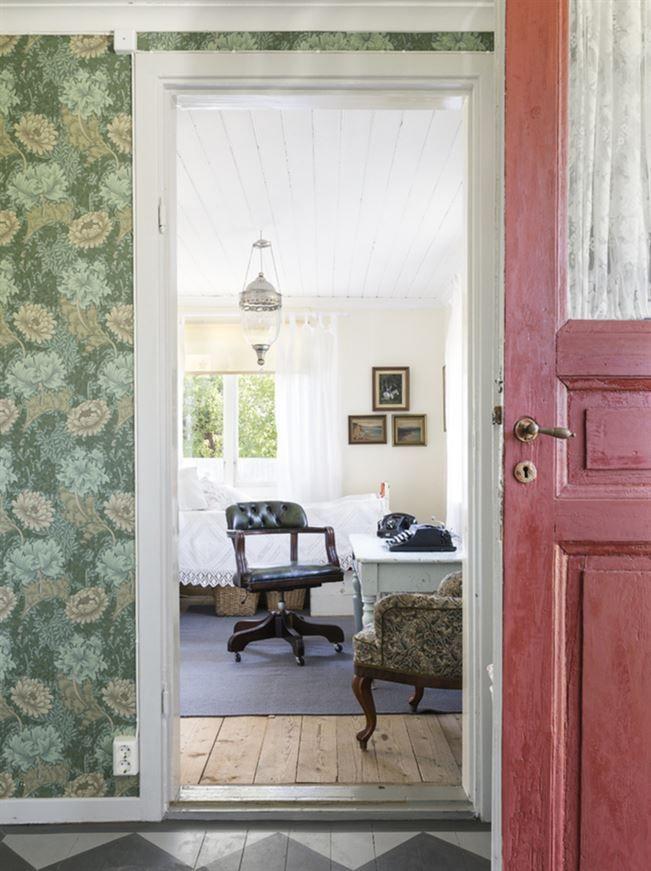 Huset är byggt på mitten av 1850-talet och har blivit delvis renoverat och moderniserat någon gång på 1950-talet. Fönstren på bottenplan har bytts ut, medan de på övervåningen har fått vara kvar. Den tidigare ägaren renoverade huset smakfullt, med gammaldags tapeter och schackrutigt hallgolv. Gästrummet går i ljusa färger och trägolvet skapar en fin kontrast till den ljusa inredningen.