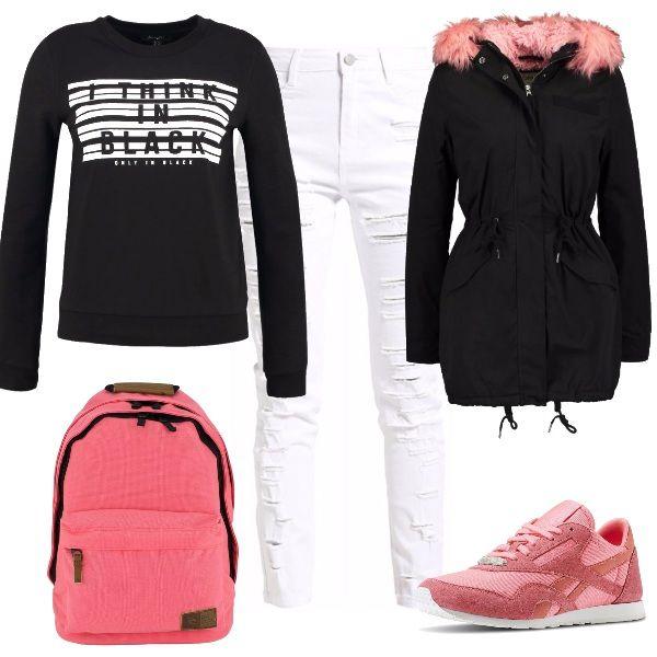 Outfit sportivo che non rinuncia ad una nota di femminilità data dal rosa. La felpa nera ed i jeans bianchi incontrano l'originale dettaglio del parka che si proietta anche nelle sneakers e nello zainetto.