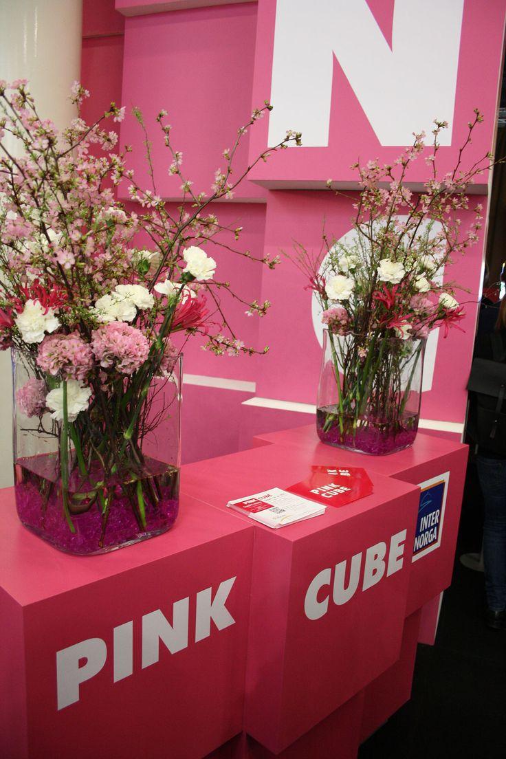Blumendekoration mit Kirsche und Nelke für Messe, Messestand in Pink, Internorga Hamburg, flower decoration for fair