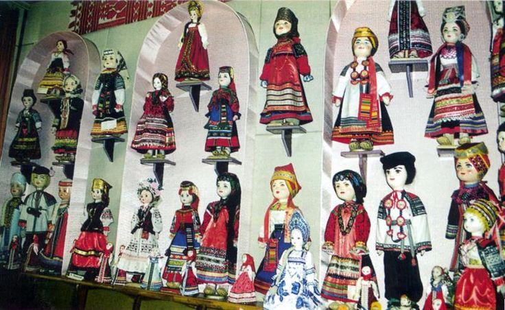 Традиционная вышивка в костюме тряпичной куклы
