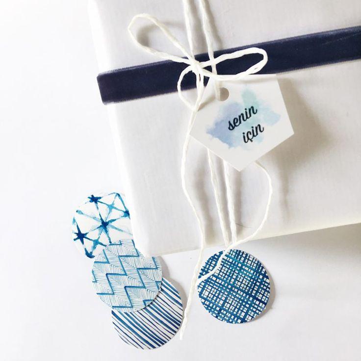 Mavi-mor deniz ve lavanta esintili hediye paketleme setimiz, 70x100cm boyutunda beyaz paket kağıdı,1 metre lacivert kadife kurdele, 4'lü beşgen tasarım etiket (2 mavi, 2 mor), 4'lü sticker, mor renkli doğal hasır rafya, 2 metre beyaz paket ipi ve kişiye özel tasarlanan 10,5x14cm boyutunda suluboya harf kartı içerir.