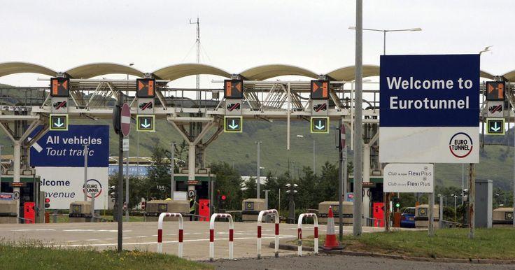 Como atravessar o túnel do Canal da Mancha. O Eurotunnel, mais conhecido como Chunnel, é uma ferrovia subterrânea de quase 50 quilômetros ligando a costa sul da Inglaterra ao norte da França. Viajar mais de 60 metros sob o Canal da Mancha em um trem Eurostar de alta velocidade ou em um dos trens de transporte comum é rápido e fácil. Desde sua inauguração em 1994, o Eurotunnel transportou ...