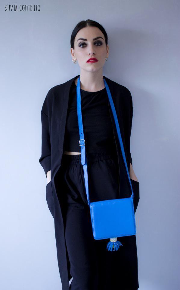 """Le sac en bandoulière """"Spirit"""" Made in Sénégal existe aussi en bleu! Il est léger et super pratique mais surtout, il ne passe pas inaperçu."""