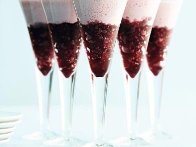 Glühwein warm-koud Ingrediënten voor 6 porties      1 dl sinaasappelsap     4 dl rode wijn     1 dl cassissap     1 citroen     3 eiwitten     4 el glühweinkruiden     100 g rietsuiker