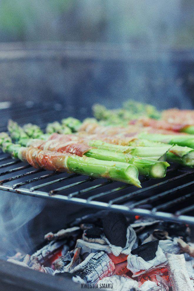 Sałatka z grillowanymi szparagami w szynce serrano