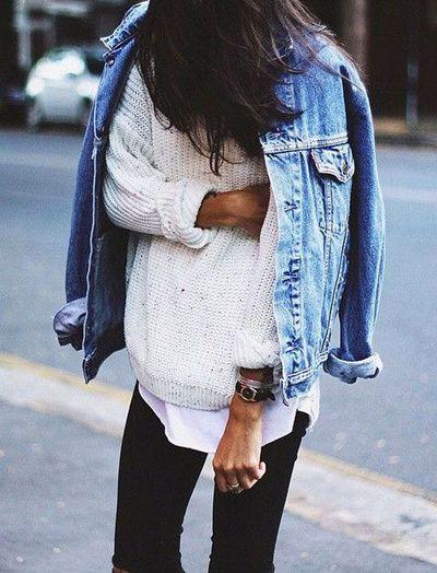 Un pull en maille avec un veste en jean oversize