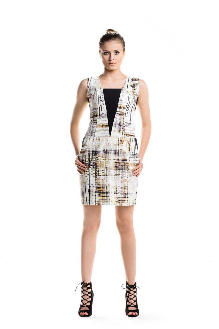 Geometryczna mini z wzorem graffiti. Geometric mini dress with graffiti print.