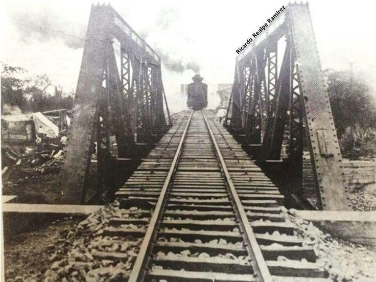 Primer locomotora del ferrocarril fel Pacifico entrando a Cali proveniente de Buenavrntura en 1915