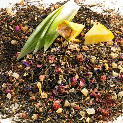 Ein leichter, fruchtiger Tee mit Johannisbeer-Erdbeer-Geschmack. Wertvoller weißer Tee aromatisiert mit Kräutern, Fruchtstücken und Blüten.