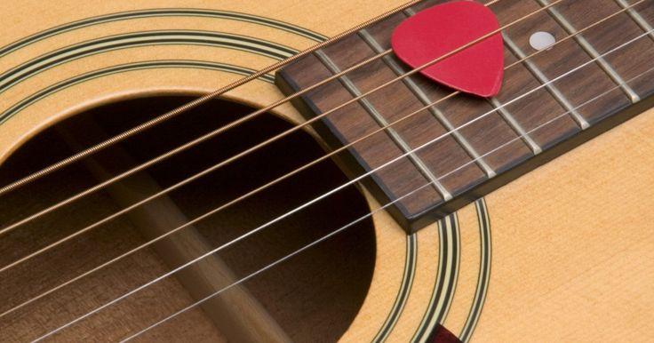 """Cómo hacer un collar con una púa de guitarra. A muchos guitarristas y fanáticos de la música les gusta usar púas de guitarra colgadas del cuello como una manera de decir """"soy rock"""". Como las púas están disponibles en muchos colores y diseños, las posibilidades de hacer una declaración de moda única usando una púa como collar son muy variadas. Con algunas herramientas sencillas y un poco de ..."""