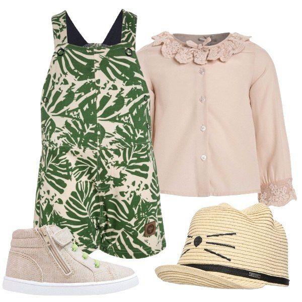 Beige e verde per la salopette con stampa floreale abbinata alla camicetta con collo e polsini lavorati. Per una gita fuori porta aggiungiamo sneakers e cappello per il sole.