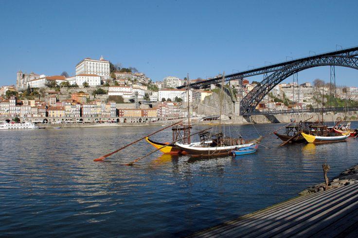 #turistipercaso  Oporto è sensuale e raffinata: la sua gente brilla per genialità e spirito solidale, e la città riflette queste sane caratteristiche.In città il ritmo di vita è tranquillo come il flusso continuo delle onde dell'oceano, che sulla costa incontrano quelle del fiume Douro, sinuosa scia argentea che attraversa il centro. #portoconvention