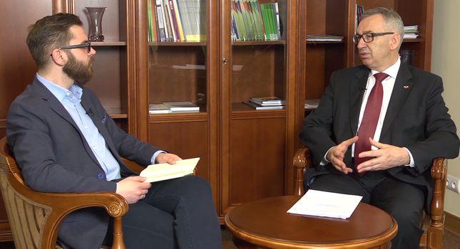 """Od lewej: Bartosz Godusławski (""""Puls Biznesu"""") i Stanisław Szwed (MRPiPS)"""