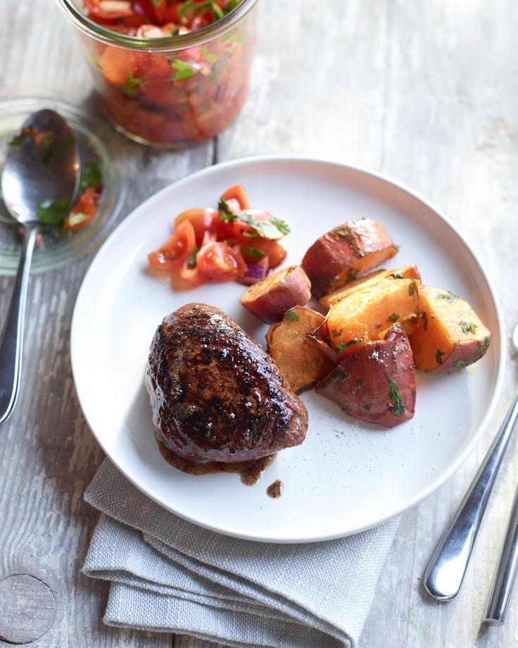 Struisvogelsteak met zoete aardappel en pittige salsa van kerstomaatjes