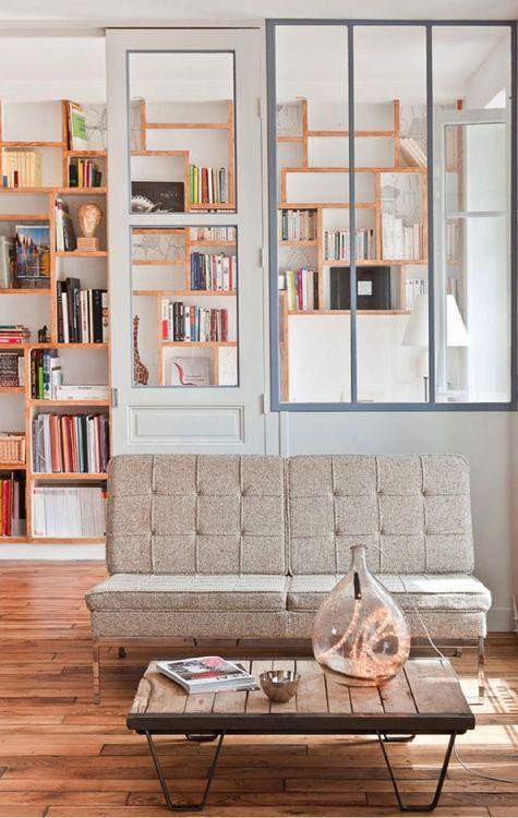 Un petit salon minimaliste avec verrière