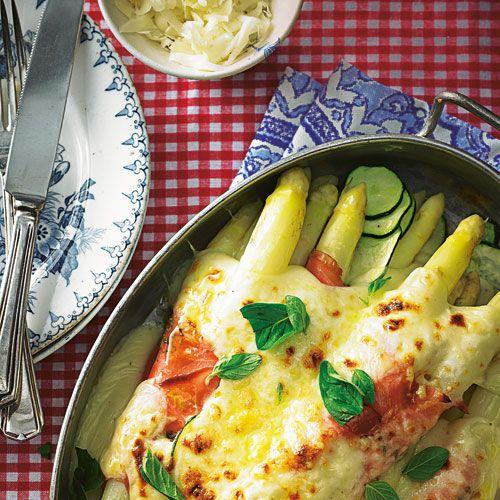 """Von Haus aus mild und """"schlank"""", kann der Spargel die üppige, leicht scharfe Fontina-Käse-Soße prima vertragen. Foto: Thomas Neckermann"""