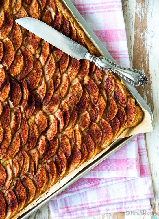Vanilja-omenapiirakka pellille Pellillä valmistuu kerralla tarjottavaa isommallekin väkimäärälle. Puolet pienempänä annoksena valmistat tämän tavallisessa piirakkavuoassa.Tämän reseptin kanssa ei kastikkeita ja lisukkeita tarvita, vaan sen voi nostaa tarjolle sellaisenaan. Vaniljakastike löytyy piilosta pohjan ja omenaviipaleiden välistä.
