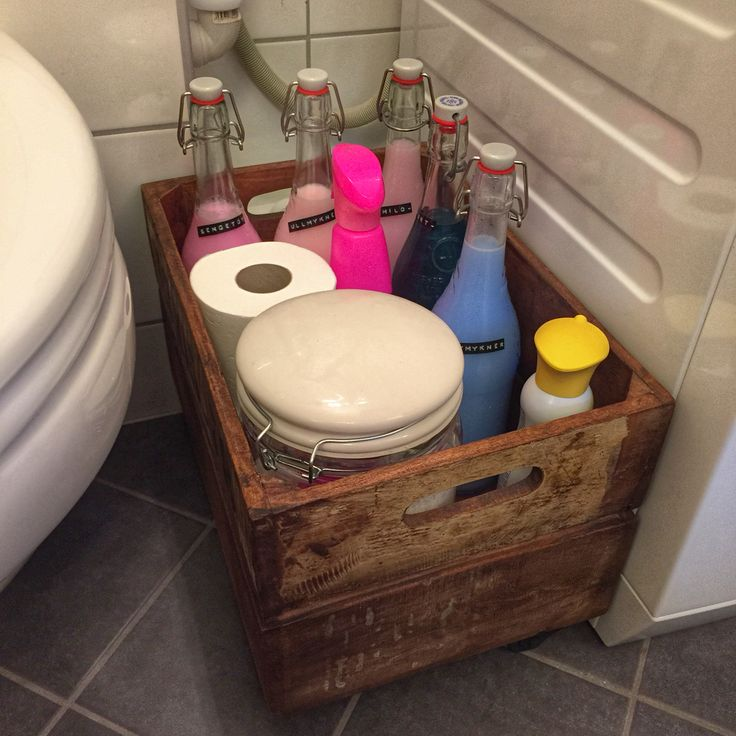 Organisert på badet. Med kasse, flasker og krukke fra Kremmerhuset.