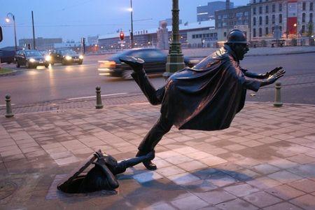 Tom Frantzen – De Vaartkapoen, 1985. De Vaartkapoen, de naam van een in Molenbeek geborene laat een politieagent struikelen. Frantzen heeft het nummer van de agent van 22 naar 15 veranderd, een knipoog naar Hergé, ook een Brusselse artiest die van dit soort humor hield.