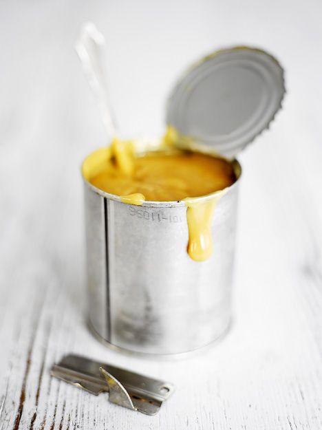 Saat täyteläistä toffeekinuskia, kun keität purkillista avaamatonta kondensoitua maitotiivistettä kattilassa kiehuvassa vedessä 3-4 tuntia. / Did you know that if you boil a  can of condensed milk in a pot for 3-4 hours you get delicious caramel? / Kuva/pic: Sami Repo