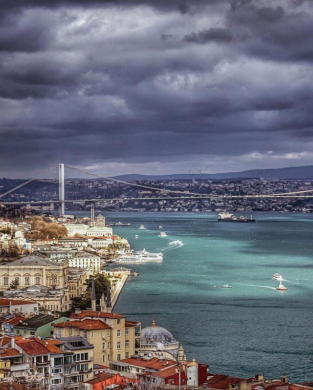 """#istanbul. """"Bana yaşadığın şehrin kapılarını aç. Başka şehirleri özleyelim orada seninle. Bu evler, bu sokaklar, bu meydanlar ikimize yetmez…""""Özdemir Asaf"""