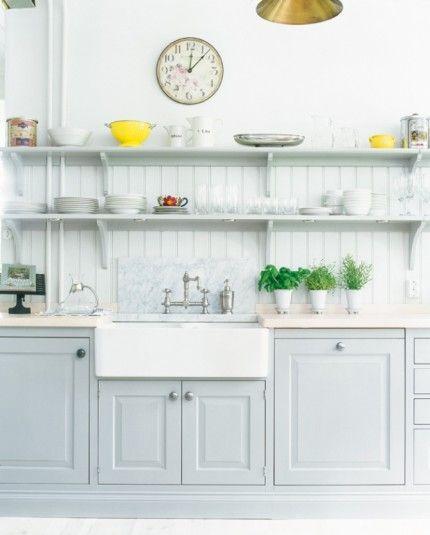 Snygga speglar. Kvänums Sundby har handmålade skåp med speglar i rökgrå ask. Väggfasta öppna hyllor i stället för överskåp ger ett kök med luftig traditionell stil.