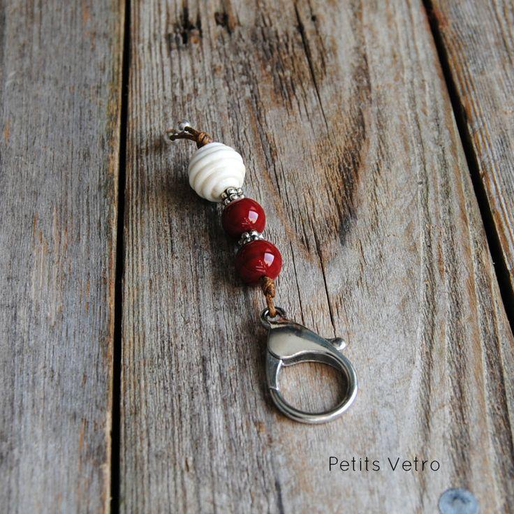 Portachiavi con moschettone e perle in vetro di murano avorio e rosso scuro di LampworkAndMore su Etsy    #petitsvetro #lampwork #handmade #lampworkbeads
