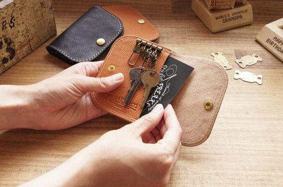 レザーキーケース 二つ折り/2色展開です! (ブラック/キャメル)A---ブラックB---キャメル※ ご購入の際は、<Aブラックを1個> といった形でオーダーをお願い致します。 • 素材:牛革 • サイズ:約H10cm×W7.5cm…