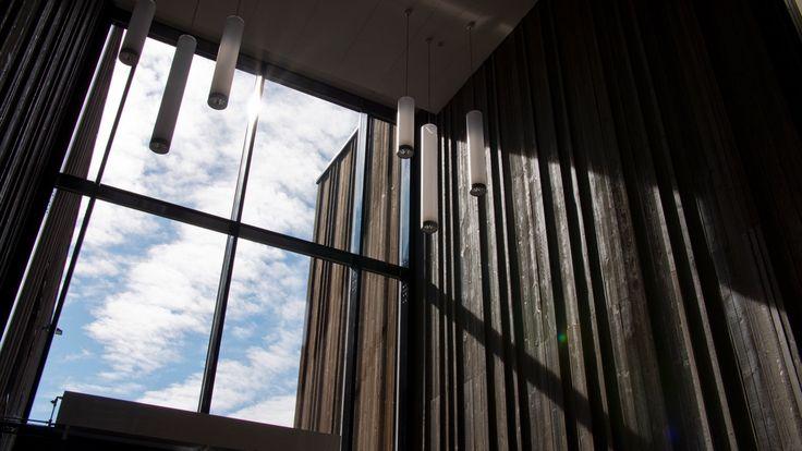 Byggherre: Skanska SPU Arkitekt:Link Arkitektur AS Entreprenør: Skanska Norge AS Veitvet skole omfatter barne- og ungdomsskole for 1. til 10. trinn med flerbrukshall, og er et offentlig-privat samarbeidsprosjekt (OPS). Skolen får en kapasitet på ca. 850 elever og er en del av Perlekjedet, en planlagt kultur- og miljøgate langs Veitvetveien. Veitvet skole er også et forbildeprosjekt i FutureBuilt. Woodify har levert brannimpregnert spiler og panel innvendig til Veitvet skole. Innvendig i…
