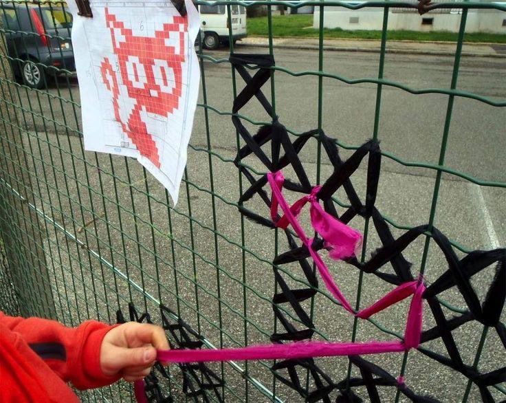 """NapadyNavody.sk   Kreatívny street artisti vyšívajú """"grafity"""" na drôtené ploty"""