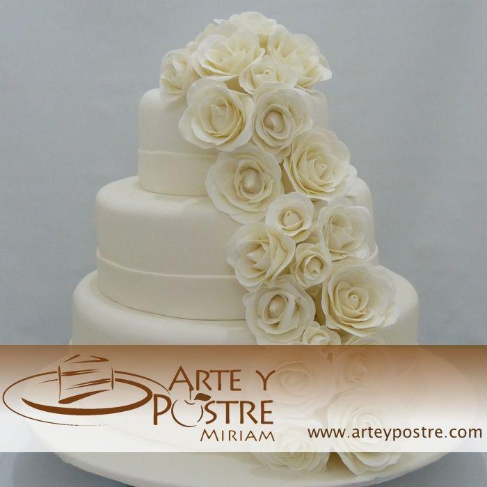 pastel de boda con rosas blancas hechas de fondant