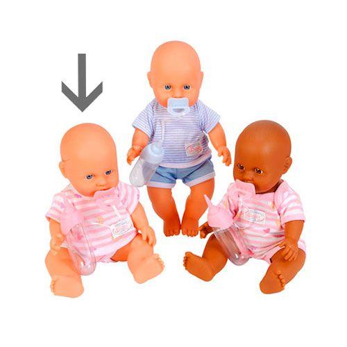 De schattige babypop heeft een speentje, een flesje en mooie kleren aan. Verzorg jij haar goed? Leverbaar in verschillende uitvoeringen Afmeting: lengte 30 cm - New Born Baby Roze Blank