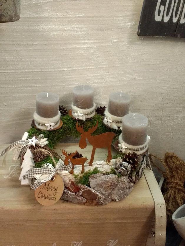 Handgefertigter weißgrauer Rindenkranz mit echten Moselwaldmoos, kleinen Rostelchen und passenden Details. Inkl. Rustikkerzen. Durchmesser ca. 34cm. Liebevoll handgefertigt in Kröv.--------- Bitte...