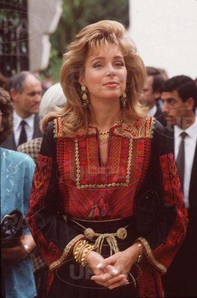 La belleza interior de la Reina Noor sobrepasa a todos y todo a su alrededor. El vestido que prefirió es típico de Jordania.