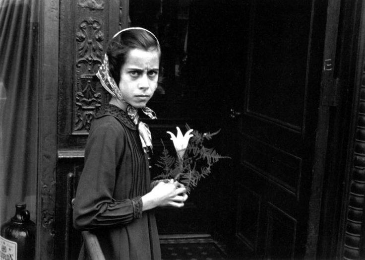 HELEN LEVITT, New York, ca. 1940 (Girl with lily)