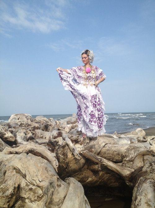 The traditional dress of Panama: La Pollera // #pollera #panama #polleradepanama