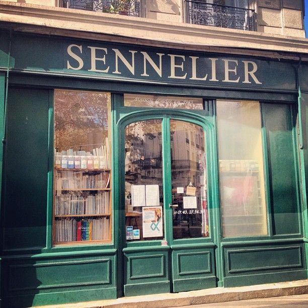 Sennelier, 3 quai de Voltaire, Paris 7 **** On peut y trouver une petite sélection de Molotow mais endroit particulièrement bondé...